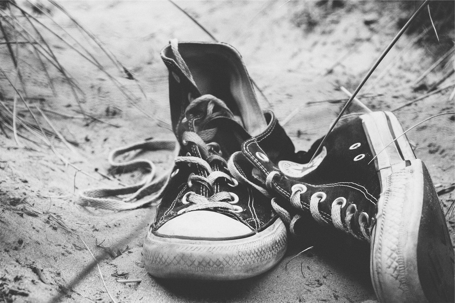 παντόφλες, Converse, Άμμος, Παραλία, σε μαύρο και άσπρο - Wallpapers HD - Professor-falken.com
