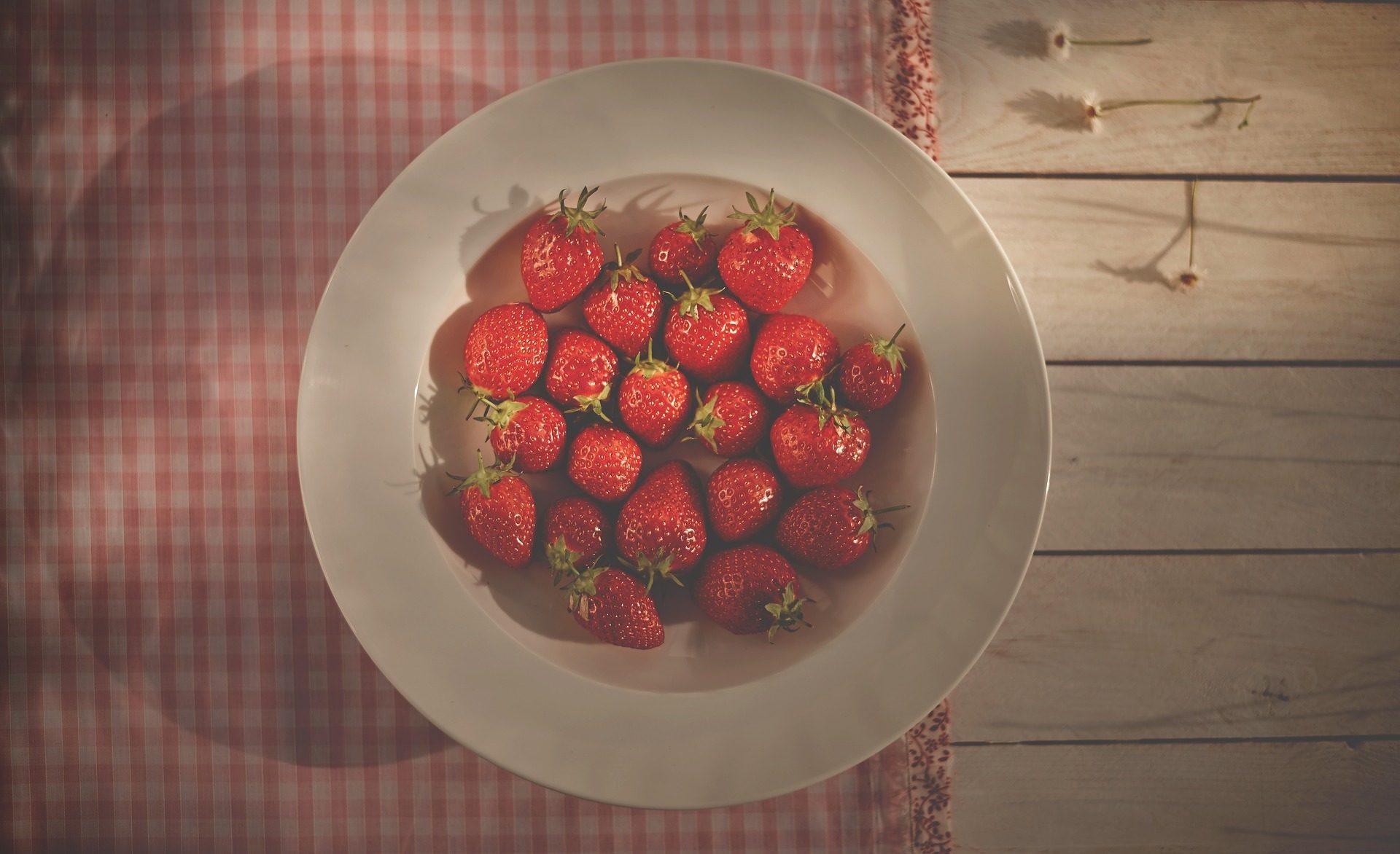 fresas, plato, fruta, mesa, mantel, flores - Fondos de Pantalla HD - professor-falken.com