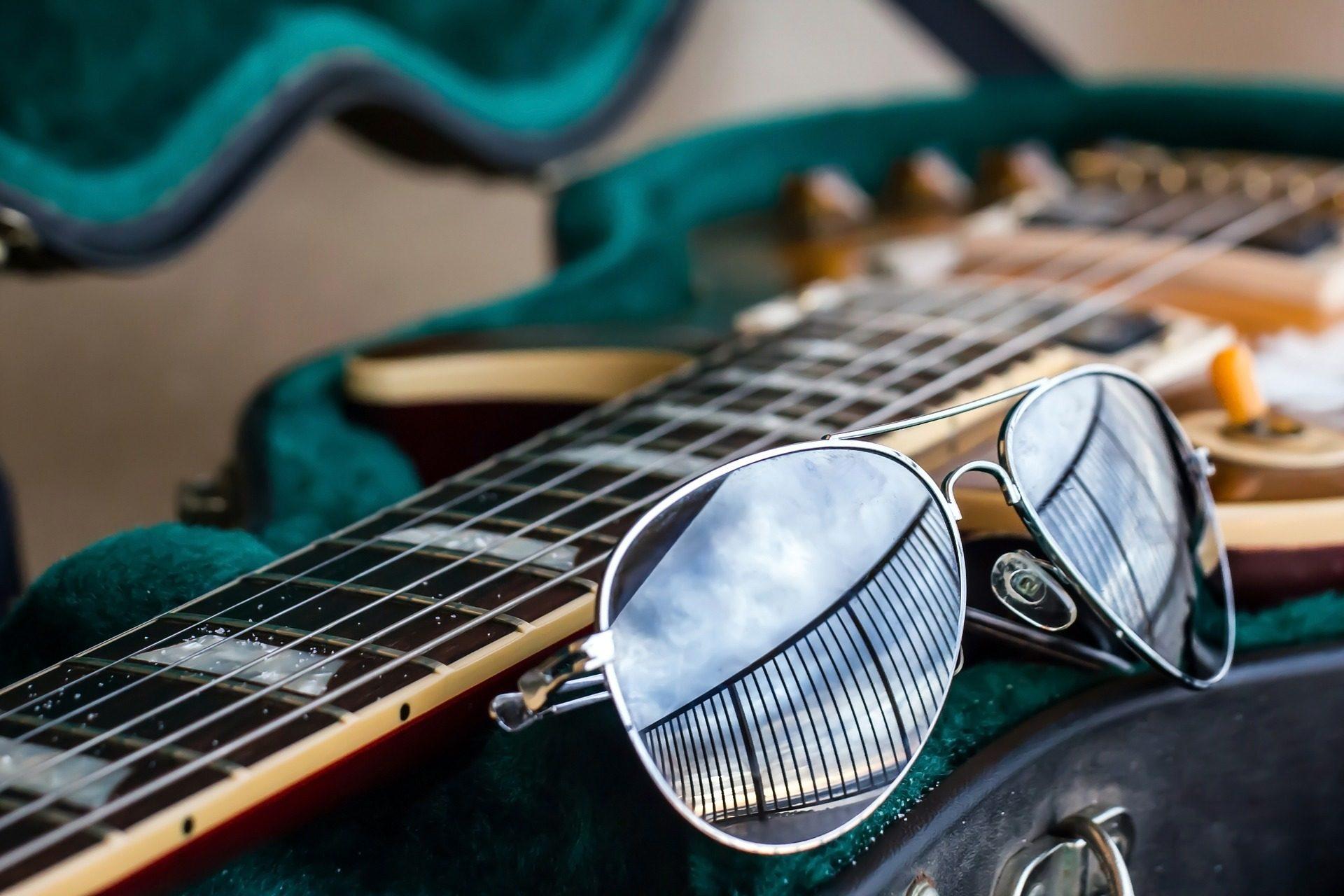Guitarra, óculos de sol, mastro, cadeias de caracteres, reflexão - Papéis de parede HD - Professor-falken.com