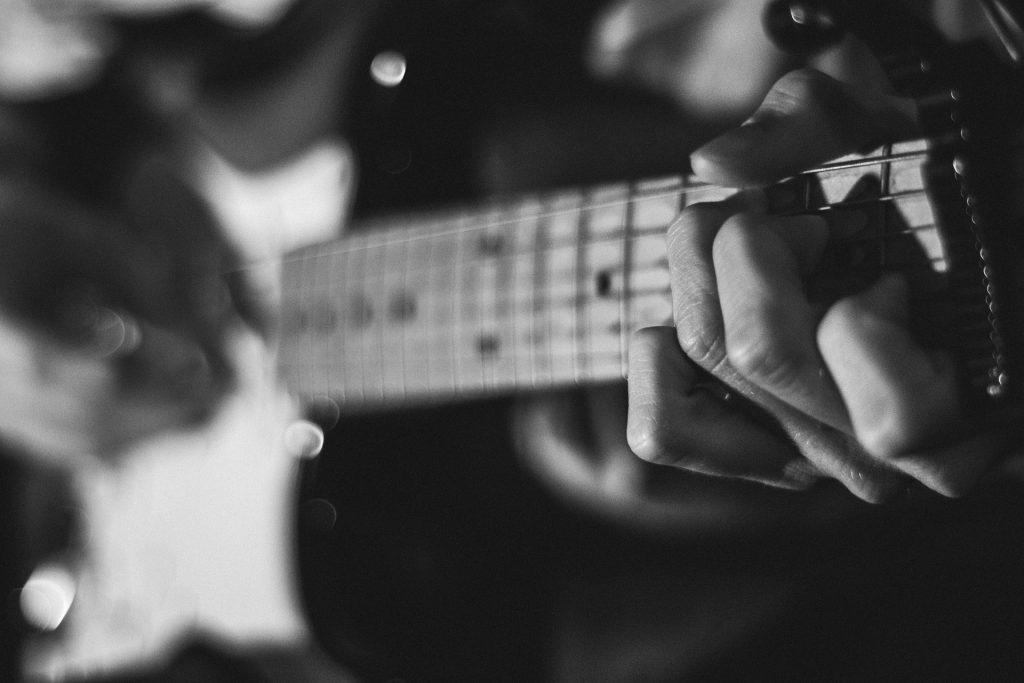 guitarra, mástil, cuerdas, manos, en blanco y negro, 1804062352