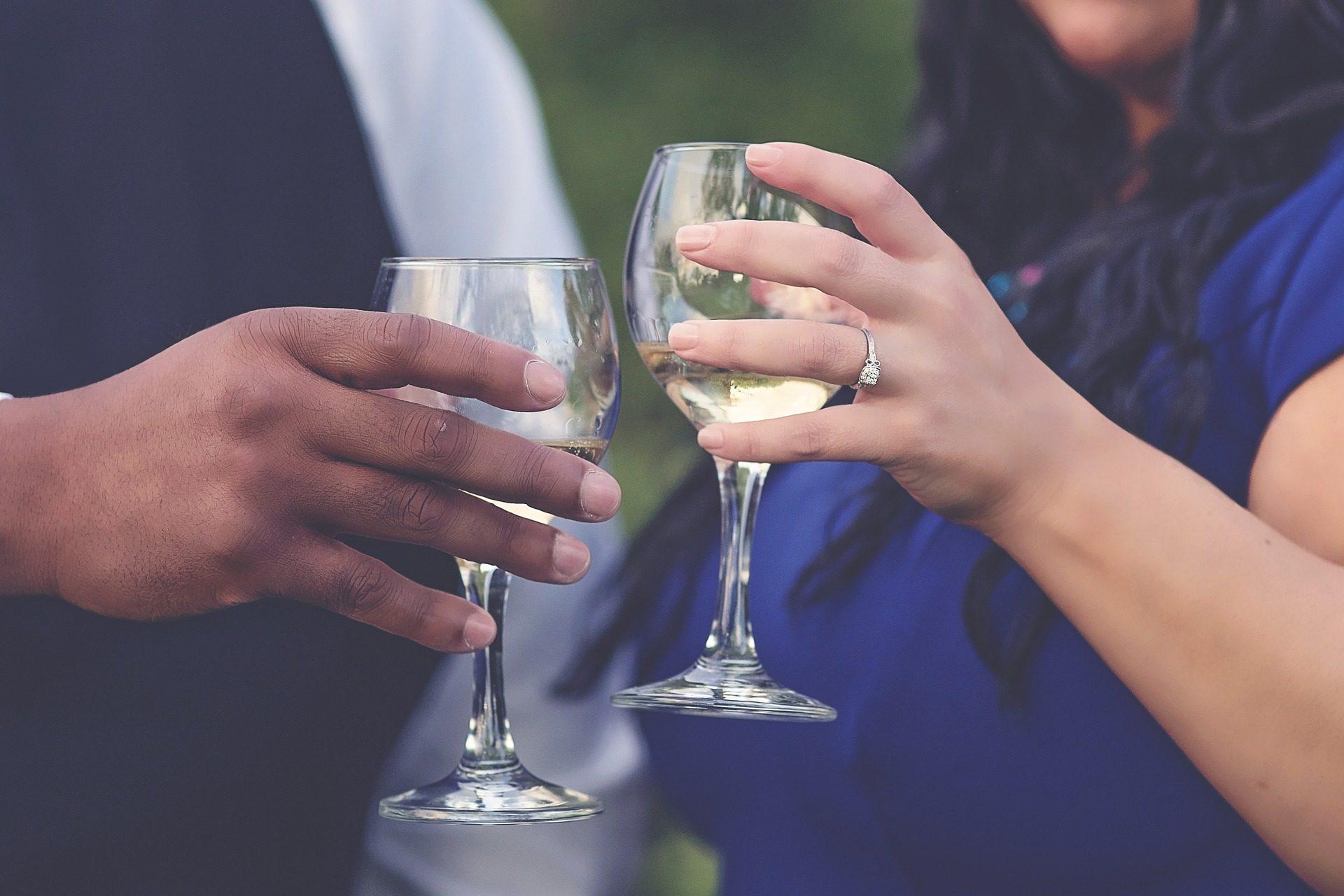 أيدي, زوجين, كوب, نخب, الشمبانيا - خلفيات عالية الدقة - أستاذ falken.com