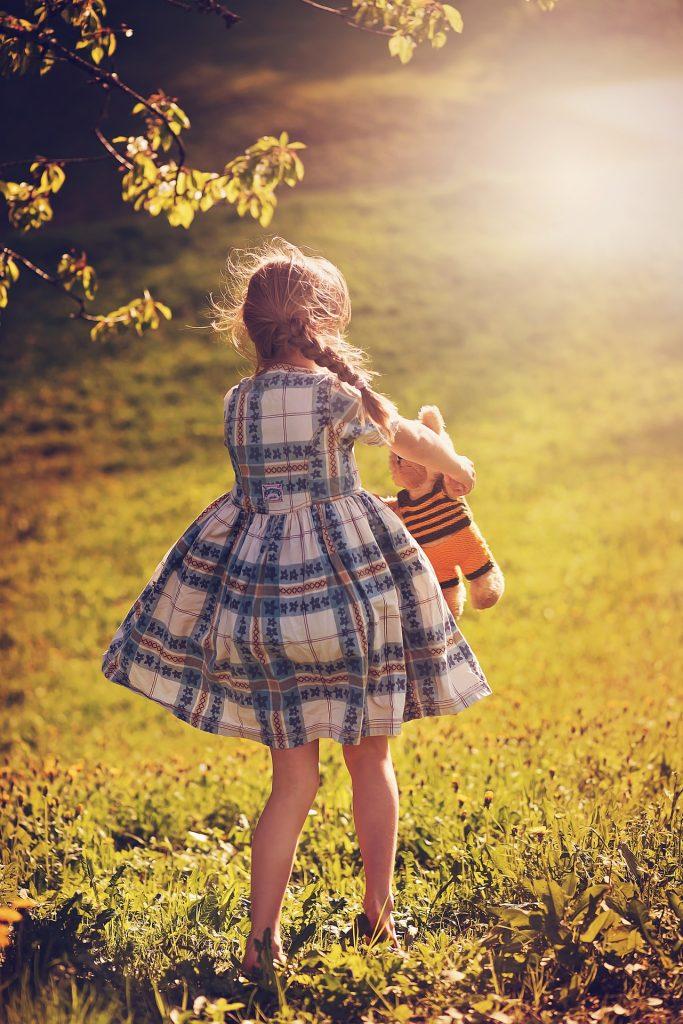niña, vestido, trenzas, peluche, juego, jardín, 1805131802